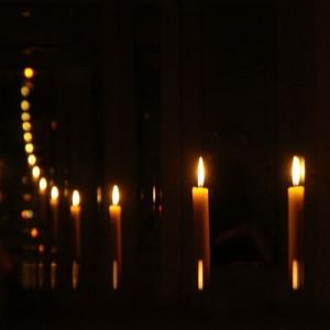 Physik Experiment Blick in die Unendlichkeit mit Kerzen und zwei Spiegeln
