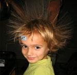 Haare stehen wegen elektrostatischer Effekte zu Berge