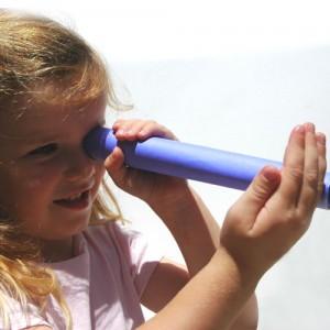 Kind mit Papierrolle zum Thema Wahrnehmung