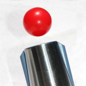 Ball schwebt über einem Fön